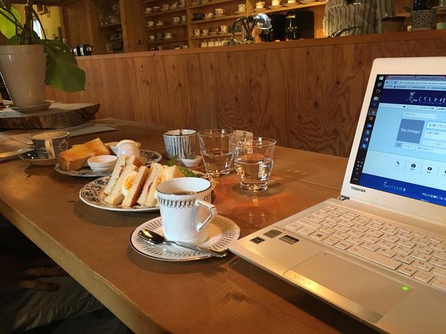 カフェで仕事。