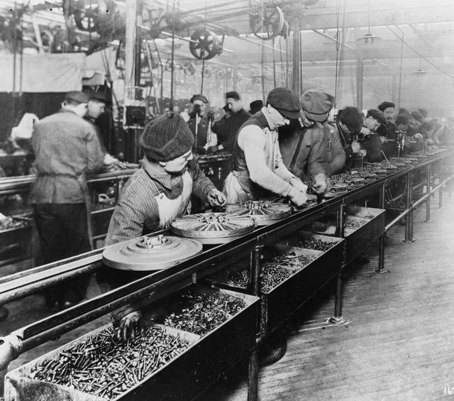 1913年当時のフォードの組み立てライン
