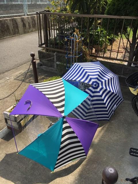 晴れた日に子どもたちの傘を干しています。