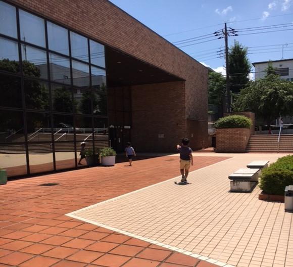 子どもたちと市立図書館へ行ってきました。
