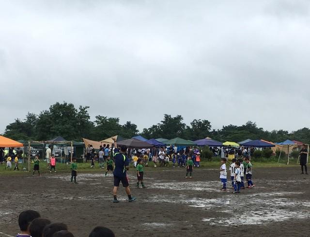 雨の中のサッカーの試合